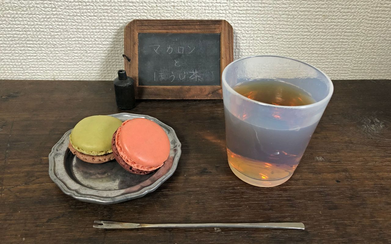 Hōjicha with macarons
